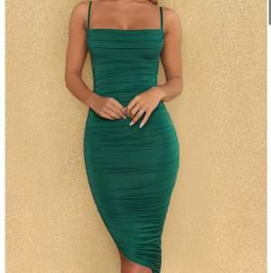 Sååå fin klänning från Ohpolly! Strl 8, motsvarar Xs. Säljer då jag endast använt den en gång samt växt ur den! Väldigt fina detaljer både fram och baktill samt justerbara band!  Formar så fint!  Nypris 500. Frakt ingår!
