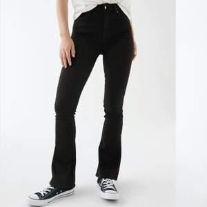 "Svarta bootcut jeans från Ginatricot. Storlek XS. Modellen ""Natasha bootcut jeans"" 💓"