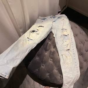 Säljer dessa då de är lite tajta för att bli snyggt! Skulle sitta perfekt på typ 25/26/27/28 då jeansen är lite större än strl 25 i midjan. Sjukt snygg färg och snygga slitningar som är perfekta till sommaren!🥰