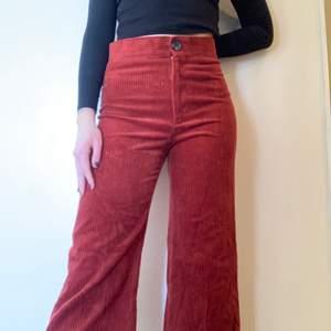 Röda culottebyxor i manchester! Kort längd och hög midja. Sitter som en smäck och är riktigt sköna!!