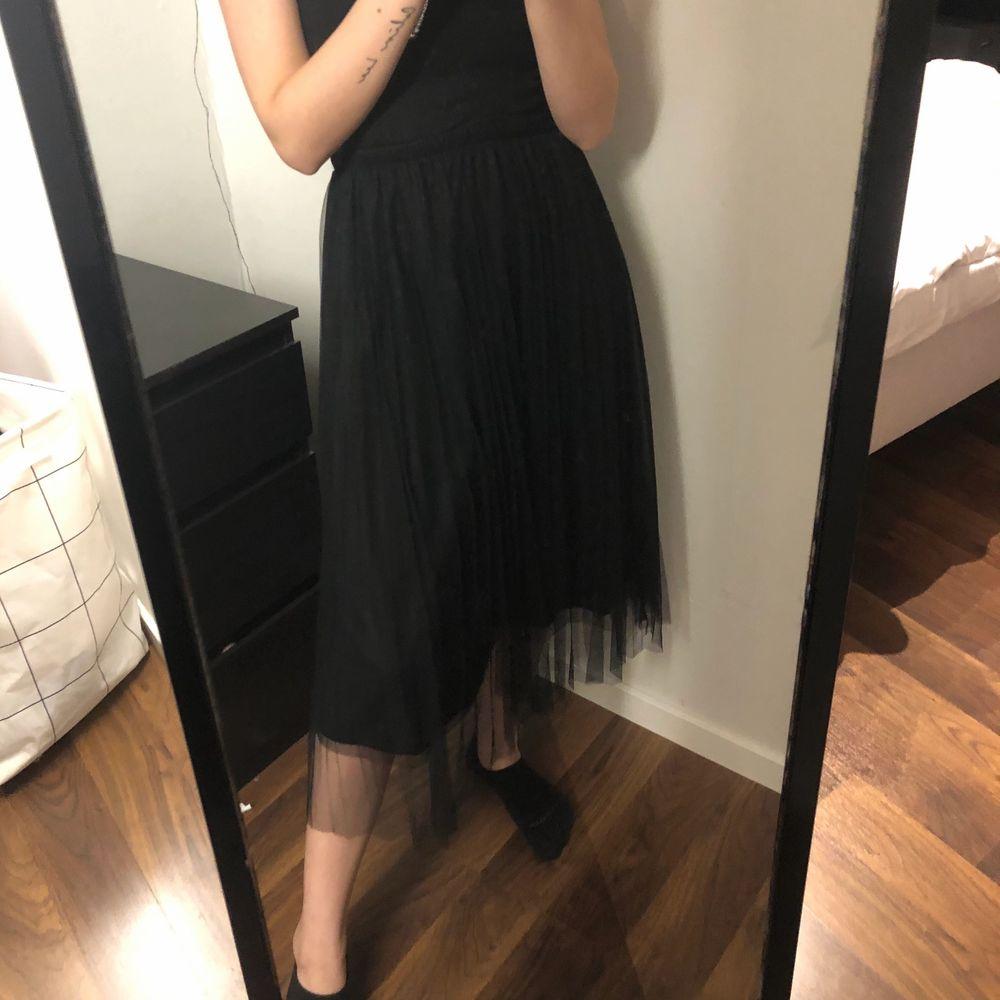 Jättefin kjol som har ett lite längre lager med mesh! Endast använd en gång! Står tyvärr inte något märke i kjolen så vet inte vart den är från. Frakt tillkommer på 48 kr🤍. Kjolar.