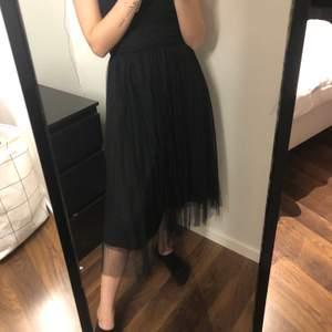 Jättefin kjol som har ett lite längre lager med mesh! Endast använd en gång! Står tyvärr inte något märke i kjolen så vet inte vart den är från. Frakt tillkommer på 48 kr🤍