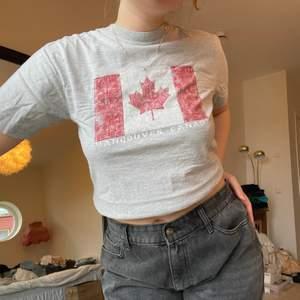 T-shirt med Canada tryck❣️ storlek M, på bilden är den lite uppvikt längst ner🥰