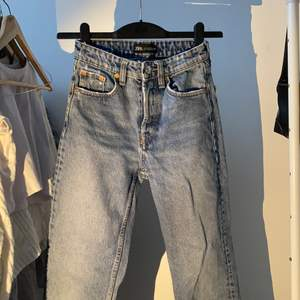 blå jeans från zara i storlek 32/S