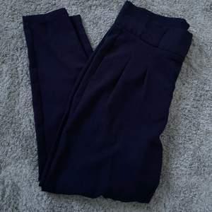 Säljer mina blåa kostymbyxor då dem har blivit för stora. Sparsamt använda. 70kr + frakt