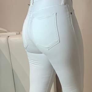 Säljer ett par vita Dr Denim jeans då dom är för små för mig. Formar kroppen bra. Väldigt lågmidjade. Stretchiga! Storlek S
