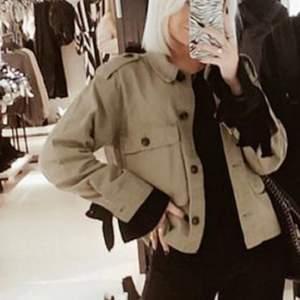 Säljer denna jackan från h&m, lånad bild från Emilia Holmgren. Jackan är i bra skick!!