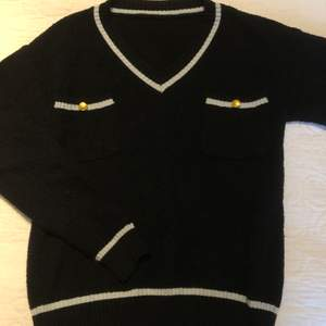 Svart isch stickad tjockare tröja från Humana Second hand, jätteskönt material som inte sticks. Väldigt fin men som inte får någon användning hos mig. Skulle gissa på att storleken är S eller någon mindre M. Kan säkert mötas upp annars står köparen för frakt :) ✌🏼