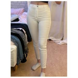 Sköna och snygga vita highwasted byxor, sitter snyggt på kroppen🤍 den har lite små gråa fläckar på vänstra fickan (se 3:e bilden) det kan nog tvättas av, men pga fläckarna säljer jag billigare 🐰
