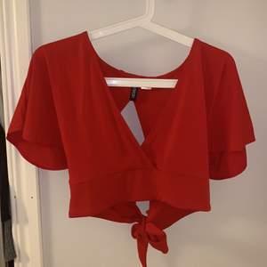 Röd topp från H&M storlek M. Knyte i ryggen. Bra skick