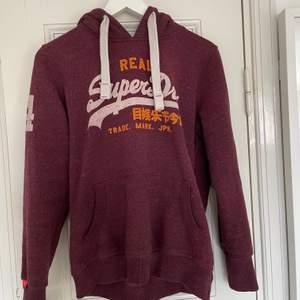 Snygg hoodie från Superdry strl M men passar fler storlekar beroende på önskad passform. Bra skick. Spårbar frakt med DHL inräknad i priset!!