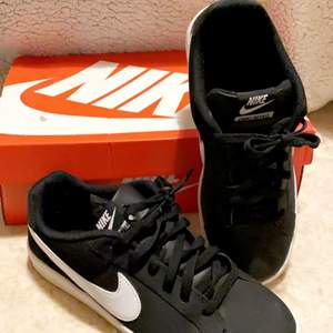 Säljer mina Nike skor jag fick för ungefär 2 år sedan men inte använda mer än 1-2 gånger. Säljer dessa pga att jag har andra skor som jag använder mer. De är i storlek 40 men passar en 38/39 så de är små i storleken. Skriv privat för fler bilder!