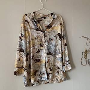 Ett Ella-M pyjamasset endast använt en gång. Byxorna är i storlek 44/46 elr L och skjortan samma storlek.