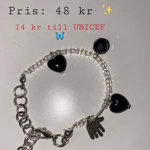 Egengjort armband med hjärtan på. Går och justera så det passar din handled✨ 14 kr går till UNICEF ✨🦋