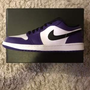 Air Jordan 1 low court purple, helt nya alltså alldrig använda. Dock så har boxen blivit skadad, självklart kan bilder fixas på detta!