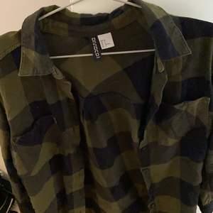 Rutig skjorta från hm, somsagt strl 32 men passar nog 34 också, jättebra om man vill ha lite grunge stil, pris går även att diskuteras