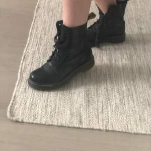 Dr Martens Pascal i färgen black noir. De är använda och skosnörena kan behövas bytas ut, men de är fortfarande i fint skick!