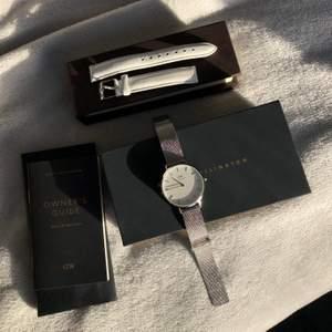 Stilren fin klockan som är använd max fyra gånger, det vita klockarmbandet är helt oanvänt och av äkta läder. Säljer dem tillsammans för 1200, köpt för 1299kr & 399kr.