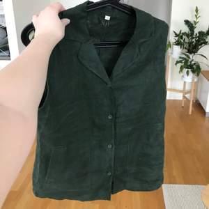 Kortärmad grön linneskjorta i 100% lin. Blusen har fickor på sidorna och i princip helt oanvänd.