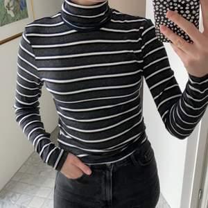 Jättemjuk och skön långärmad polotröja från American Apparel. Randig i mörkgrå, vit, svart och mörkmörkblå 💕 Storlek M men passar en S.