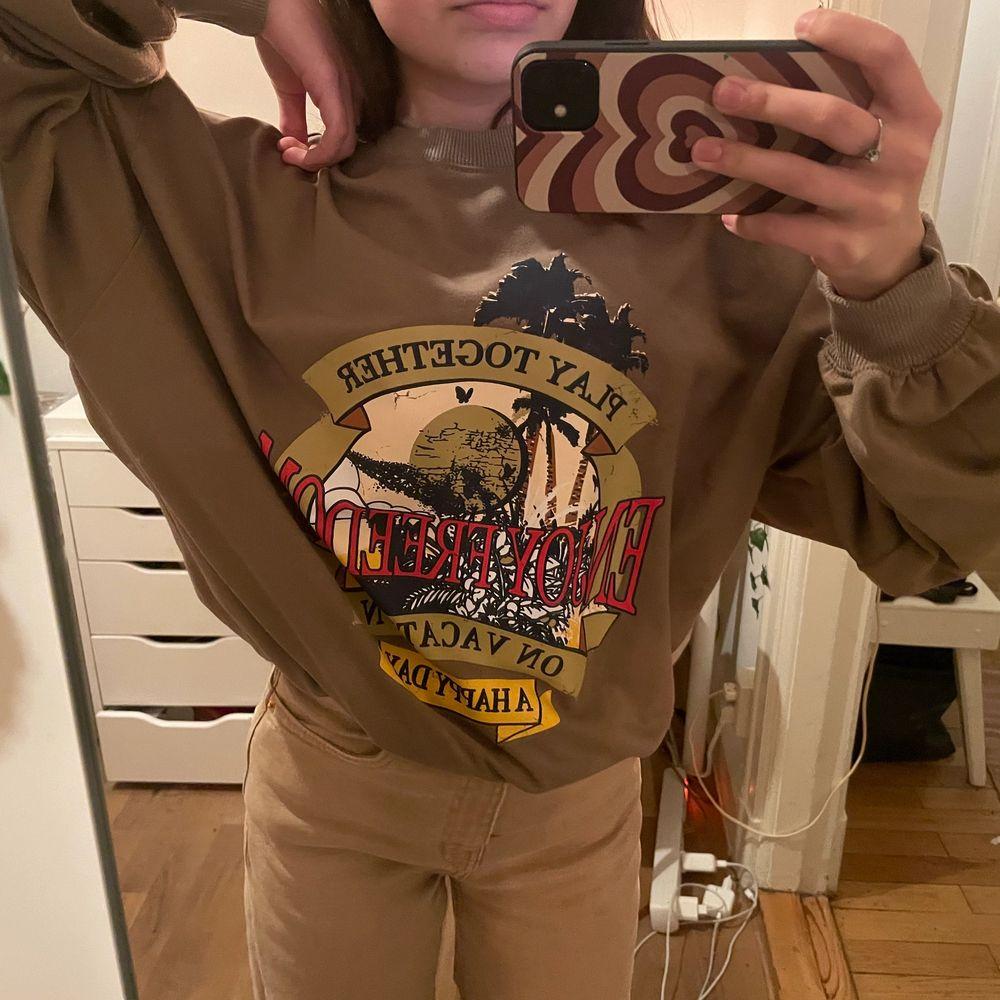 Ascool brun sweatshirt med tryck! Den är i bra skick och har bra kvalité💕 OBS! Jag möts inte upp just nu pga Corona☺️ (det är storlek xs men den är oversized). Tröjor & Koftor.