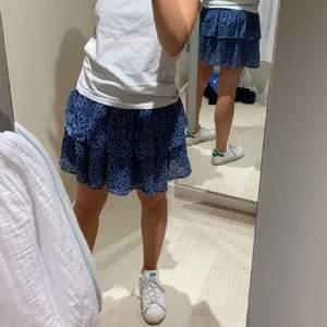 Intressekoll på min populära och även slutsålda kjol från Kappahl!! Använd få gånger, storlek 158/164! 💙💙💙💙