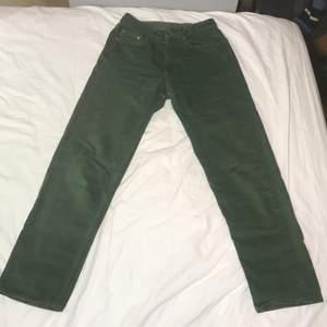 !köparen betalar frakten själv! mörk gröna United colors of benetton jeans med orange-bruna sömmar. Sitter fast i midjan och har en straight leg fit. Gjorda i Italien och har super bra kvalitet i tyget. Inte stretchiga men sitter som en smeck i rumpan och formar kroppen på bästa sätt.