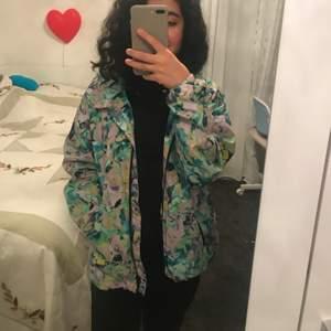 Köpte denna jackan för 150 kr fast säljer den för 80 kr. Denna jackan är i bra skick och kan användas när de regnar.