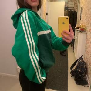 En härlig grön adidas hoodie, knappt använd! Storlek M-L