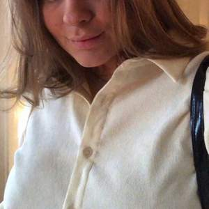 Krämfärgad skjorta, lite ribbad (första bilden), skit snygg!! Säljer då den inte kommer till användning! Frakt tillkommer📦 köpt för 450, säljer för 200