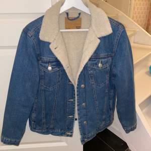 Fodrad, varm vår jacka. Men jeans tyg på utsidan! Använd få antal gånger och bra skick:) 🤩skicka privat för bild med plagget på:)