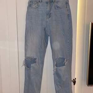 Jeans från Gina tricot, använd få antal gånger. Spruckit upp lite på knät men de gör de oftast på alla. Säljer pågrund av att dem är för korta. 🤩skicka privat för bild med plagget på:)