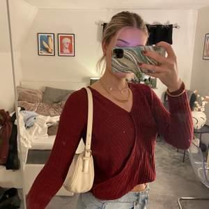 Vinröd långärmad tröja med omlott effekt. Frakt: 66kr (spårbar)📦✨