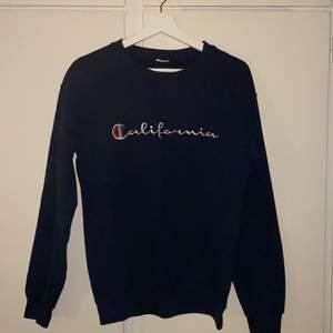En mörkblå sweatshirt med texten california. Tröjan är lite nopprig men annars i bra skick. Buda privat.