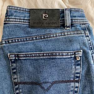 äkta pierre cardin jeans köpta för 699kr säljer för 60kr + frakt hemleverans. blåa vintage jeans i mycket fint skick. är 170+ cm i strl 38