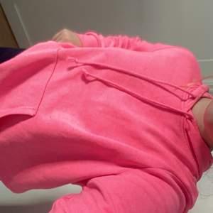Fin neonrosa hoodie i toppenskick! Budgivning om det är många intresserande