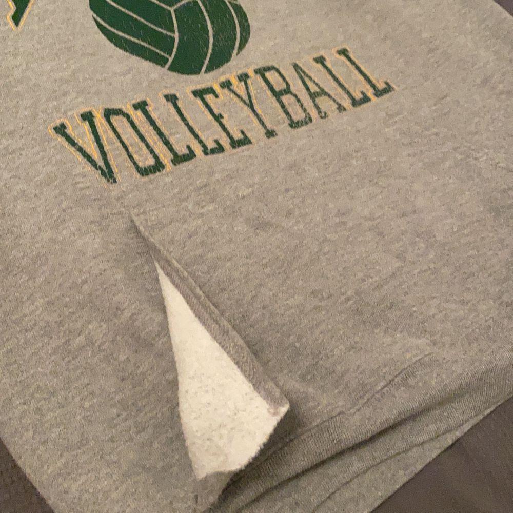 En riktigt snygg grå college hoodie. Höger sidan på fickan är av (se bild 3). Budgivning från 250 bud höjs med minst 50☺️. Huvtröjor & Träningströjor.