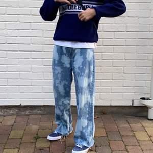 Egen gjorda tie dye byxor. Väldigt trendiga och snygga byxor som går att matcha till många outfits😆 budgivning från 200 (bud höjs med 50)