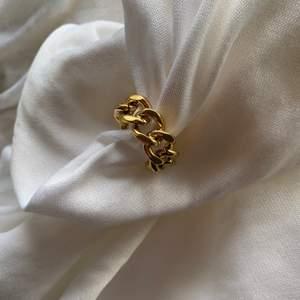 Jättefin guldig ring. Fast pris, ingen budgivning. Finns många. Finns storlekarna s,m och l.