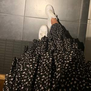 Fin kjol i midi-längd. Mönstrad och lite plisserad🖤 passar till allt och använd bara någon gång. Köpt i Australien🦘💛 storleken kallas s/m men skulle nog säga att den passar xs/s mer (resårband i midjan)