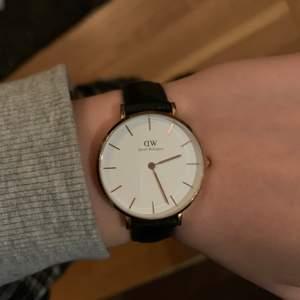 äkta daniel wellington klocka med läder band. Har inte använts på ett tag men i väldigt fint skick!