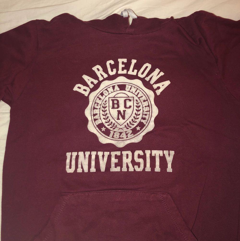 En fin, vintage, vinröd hoodie som det står Barcelona University på. Använd några gånger men är lite liten nu och jag använder den inte så ofta. Väldigt fint, tjockt material. Finns ett litet hål på vänstra armen längst ner men det kan man fixa. . Huvtröjor & Träningströjor.