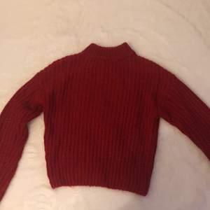 Säljer den här jättefina röda stickade tröjan. Bara använd fåtal gånger nypris 299kr