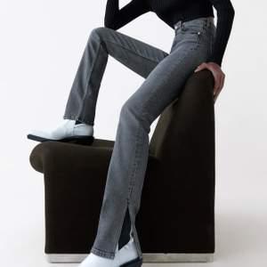 Skitsnygga jeans från zara i tvättad svart färg! Har en slits på utsidan😍 passar 36-38 tycker jag❤️ skriv för fler bilder eller frågor!💋💋