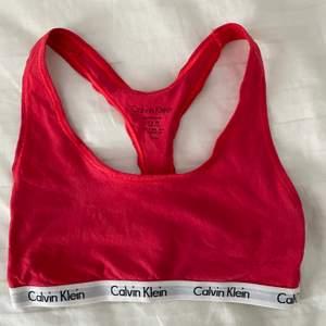 Säljer min rosa Calvin Klein topp som är använd max 1 gång. Storlek Xs. 120kr+frakt