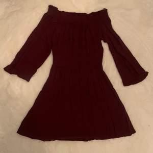 En off shoulder klänning från ginatricot som inte använts så mycket