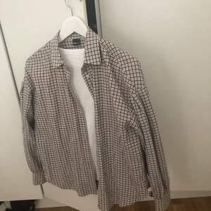 """Rutig cool skjorta med lite """"puffiga"""" armar! Säljer endast då den inte kommer till användning längre!"""
