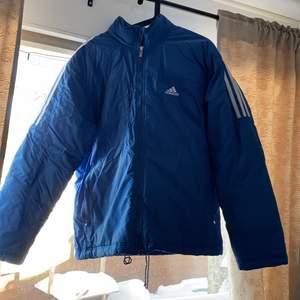 En jätte snygg Adidas vintage jacka... gott skick i storlek M 💙💙💙 köpare står för frakt!