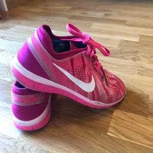 Träningsskor från Nike 5.0 i fint skick då jag endast använt dom inomhus.