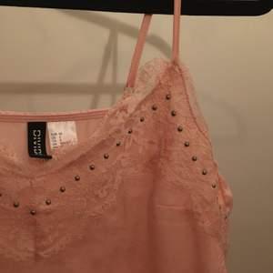 Rosa spets linne från H&M i storlek 32. Helt klart favorit linnet genom åren och otrolig skön att ha på sommaren!! Tyvärr har den blivit för liten nu:/